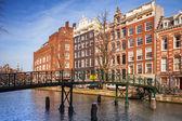 Życia kolorowe domy na wybrzeżu kanału w Amsterdamie, netherla — Zdjęcie stockowe
