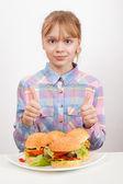 親指に現れる大きな自家製ハンバーガーと小さなブロンドの女の子 — ストック写真