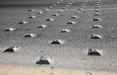 アスファルト道路上の金属道路鋲 — ストック写真