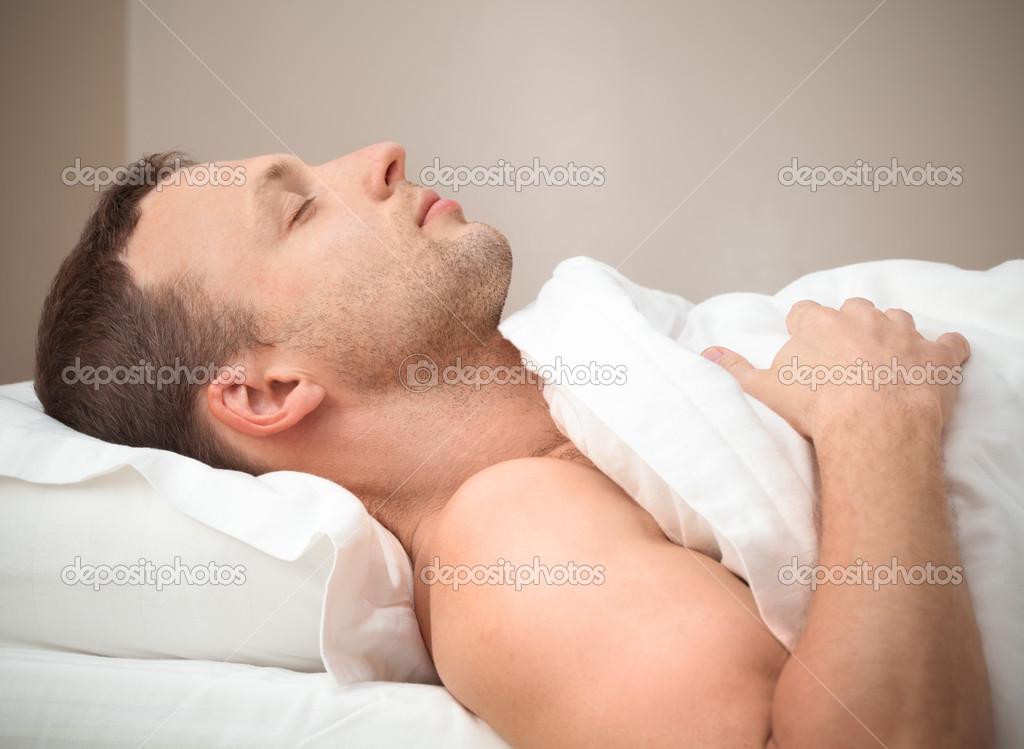 高兴睡觉的年轻白种人的侧面肖像 — 图库照片#48800253