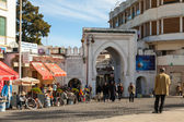 TANGIER, MOROCCO - MARCH 23, 2014: Ancient gate to Medina of Tangier, Morocco. Ordinary people walking on street — Stock Photo
