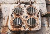 Emergencia grungy viejo salida escotilla en la cubierta de la nave abandonada — Foto de Stock