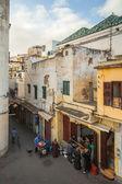 Tánger, Marruecos - 22 de marzo de 2014: calle ve de la vieja zona de medina de Tánger, Marruecos. gente cerca de mercado pequeño pan — Foto de Stock