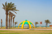 RAHIMA, SAUDI ARABIA - MAY 10, 2014: Palms and arbor on the coast of Persian Gulf — Stock Photo
