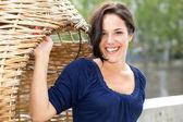 Młoda kobieta uśmiechając się w parc — Zdjęcie stockowe