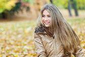 Belle fille assise dans un parc — Photo