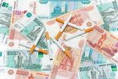 Sigaretten en roebels. dure gewoonten. — Stockfoto