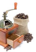 Café en grains et Moulin à café sur fond blanc — Photo