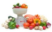 Legumes e cozinha escalas isolado no fundo branco — Foto Stock