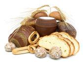 Pane e un bicchiere di latte su sfondo bianco — Foto Stock