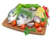 Dorado pesci e verdure su sfondo bianco — Foto Stock