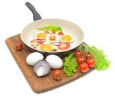 Verduras y huevo frito en un sartén sobre un fondo blanco — Foto de Stock