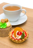 Cake with fruit and a cup of tea — Stock Photo
