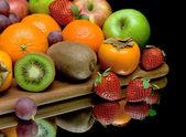 Früchte und Beeren auf einem schwarzen Hintergrund mit besinnung closeup — Stockfoto