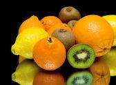 Früchte auf einem schwarzen hintergrund closeup — Stockfoto