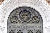 Bas-relief au-dessus de l'entrée principale de la cathédrale de christ t — Photo