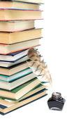Okul malzemeleri. inkwell ve bir yığın kitap wh tüyü — Stok fotoğraf