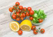 Zralé cherry rajčata, salát a citron vlys — Stock fotografie