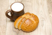 Bread and milk in a clay mug close-up — Stock Photo