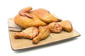 Gebratenes huhn karkasse und hähnchenschenkel auf weißem hintergrund — Stockfoto