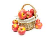 спелые яблоки в корзине на белом фоне крупным планом — Стоковое фото