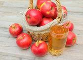 红色的苹果和杯苹果汁 — 图库照片