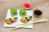 Japonská kuchyně - sushi c uzeného úhoře a rohlíky s kaviárem. — Stock fotografie