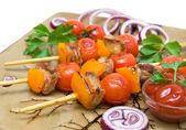 Grillades de viande et de légumes sur la plaque closeup — Photo