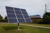 Solarstrom neben bahngleisen — Stockfoto