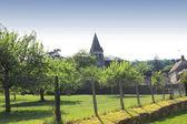 деревня и старая церковь — Стоковое фото
