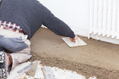 Mason smooth the cement screed — Stock Photo