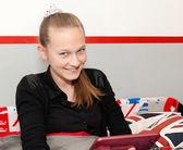 Chica con una tableta digital — Foto de Stock