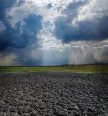 干旱地球和戏剧性的天空 — 图库照片