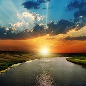 Západ slunce nad řekou — Stock fotografie
