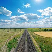 Cielo nublado con sol excesivo del ferrocarril — Foto de Stock