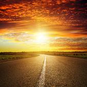 Coucher de soleil rouge sur route — Photo