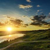 Nehir üzerinde dramatik günbatımı — Stok fotoğraf