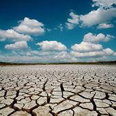 El calentamiento global. cielo dramático sobre tierra agrietada — Foto de Stock