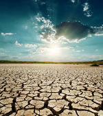 Dramatische zonsondergang over droogte land — Stockfoto