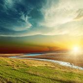 Dramatyczny zachód słońca nad rzeką — Zdjęcie stockowe
