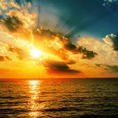 暗水戏剧性橙色日落 — 图库照片