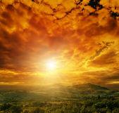 在山的戏剧性红色天空 — 图库照片