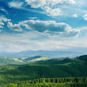Green mountain covered by cloudy sky — Stockfoto