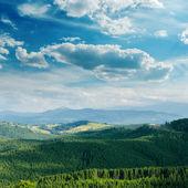 Vert montagne couverte de ciel nuageux — Photo