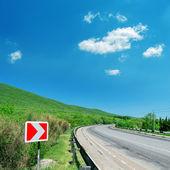 Foto da estrada de asfalto rural na montanha — Fotografia Stock