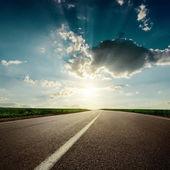 Coucher de soleil remarquable sur l'asphalte routier closeup — Photo