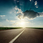 Dramaric puesta de sol sobre asfalto carretera closeup — Foto de Stock