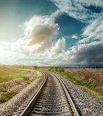 железная дорога к горизонту в закат — Стоковое фото