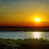 драматические закат над рекой — Стоковое фото