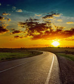 Hermosa puesta de sol sobre carretera asfaltada — Foto de Stock